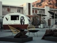 Loft design Ace Hotel Úszómedence retró lakókocsival