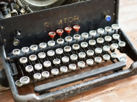 Loft design régi írógép alte Schreibmaschine old typewriter Remtor dekoráció dekoration decoration