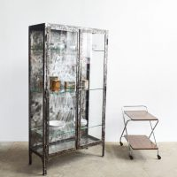 Loft design fém orvosi vitrin metal medical cabinet Metall medizinische Schrank üveges vitrin glass display cabinet Glasvitrine ipari industrial industriell shabby chic rusty style artkraft