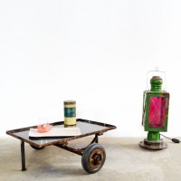 Loft design dohányzóasztal kerekes vas húzós üzemi kiskocsiból ipari kiskocsi dohányzó asztal Industrial trolley coffee table Industriewagen Couchtisch Fabrik shabby chic rusty style artkraft